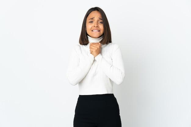 笑って白い背景で隔離の若いラテン女性