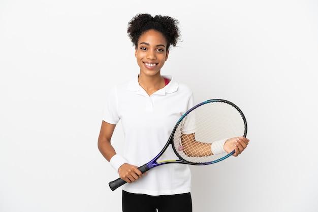 Молодая латинская женщина, изолированные на белом фоне, играет в теннис