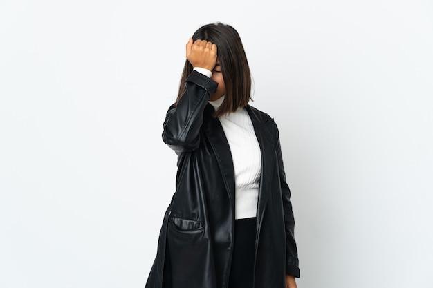 頭痛と白い背景で隔離の若いラテン女性