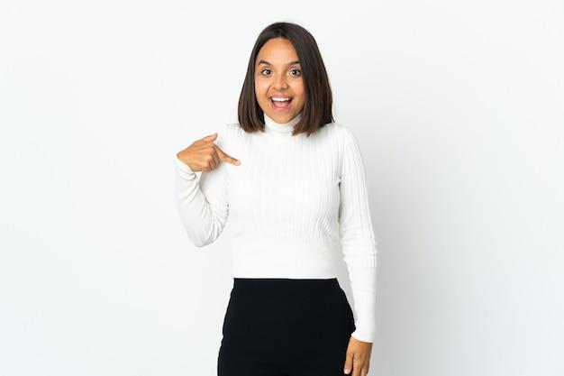 Молодая латинская женщина изолирована на белом фоне с удивленным выражением лица