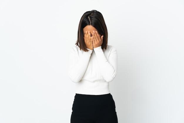 피곤하고 아픈 표정으로 흰색 배경에 고립 된 젊은 라틴 여자