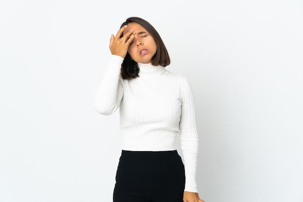 두통으로 흰 벽에 고립 된 젊은 라틴 여자