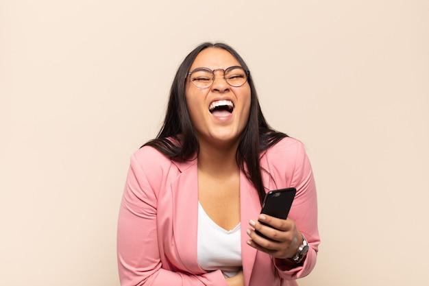약간의 재미있는 농담에 큰 소리로 웃고, 행복하고 쾌활한 느낌, 재미 젊은 라틴 여자