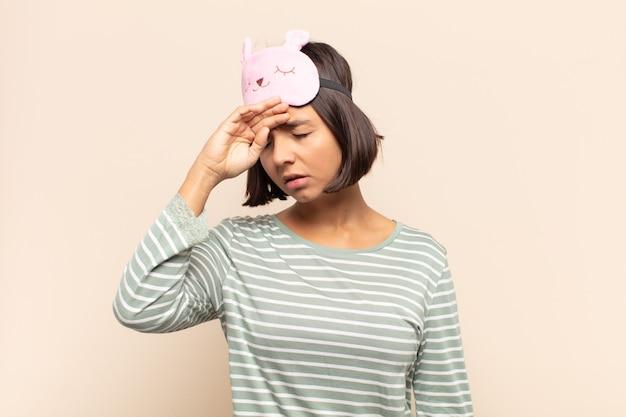 ストレス、疲れ、欲求不満を見て、額から汗を乾かし、絶望的で疲れ果てている若いラテン女性