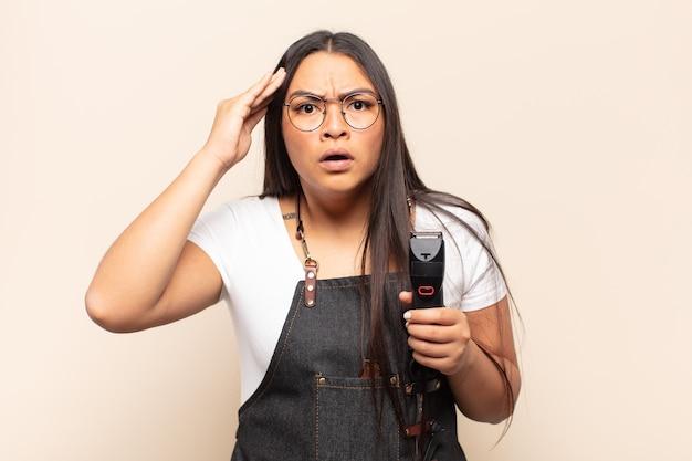 놀란, 입을 벌리고, 충격을 받고, 새로운 생각, 아이디어 또는 개념을 실현하는 젊은 라틴 여자