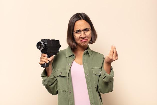 빚을 갚으라고 말하는 젊은 라틴 여자 capice 또는 돈 제스처!