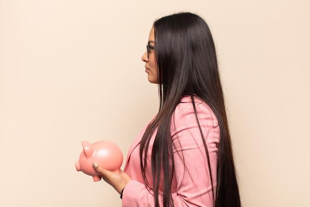 横顔の若いラテン女性が、先のスペースをコピーしようとして、考えたり、想像したり、空想したりする