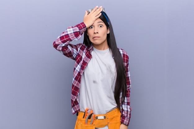 Молодая латинская женщина паникует из-за забытого срока, чувствуя стресс, вынужденная скрывать беспорядок или ошибку