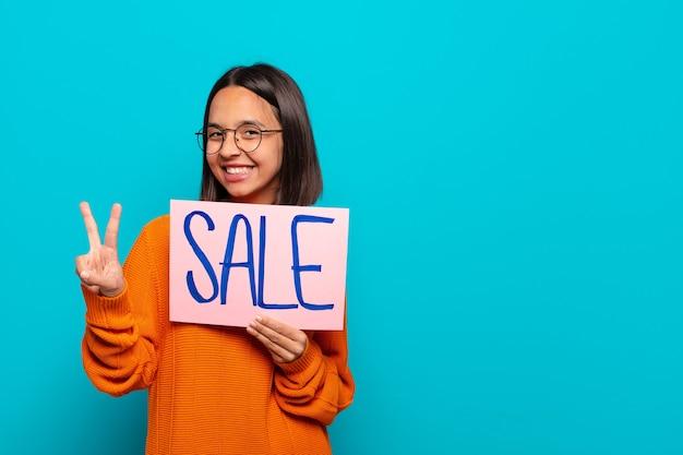 Молодая латинская женщина. концепция продажи