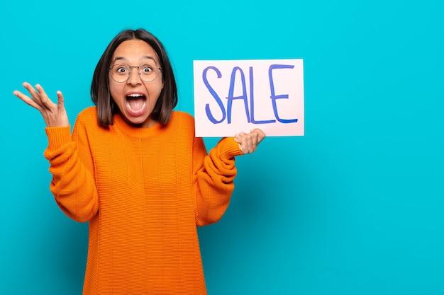 젊은 라틴 여자. 판매 개념
