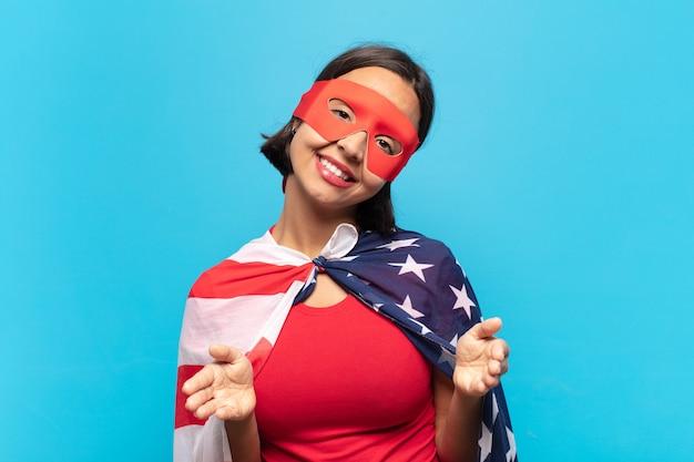 Молодая латинская женщина весело улыбается, давая теплые, дружеские, любящие приветственные объятия, чувствуя себя счастливой и очаровательной