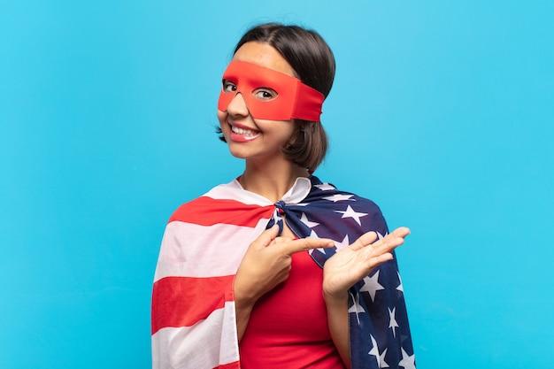 笑顔、幸せ、のんき、満足を感じて、側面のコピースペースのコンセプトやアイデアを指している若いラテン女性