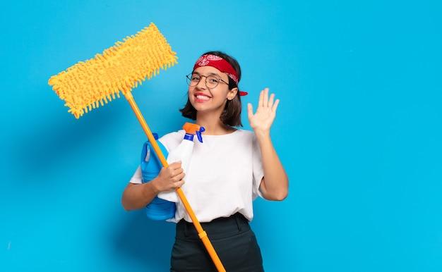 ラテン系の若い女性が楽しく元気に笑ったり、手を振ったり、歓迎して挨拶したり、さようならを言ったりします。