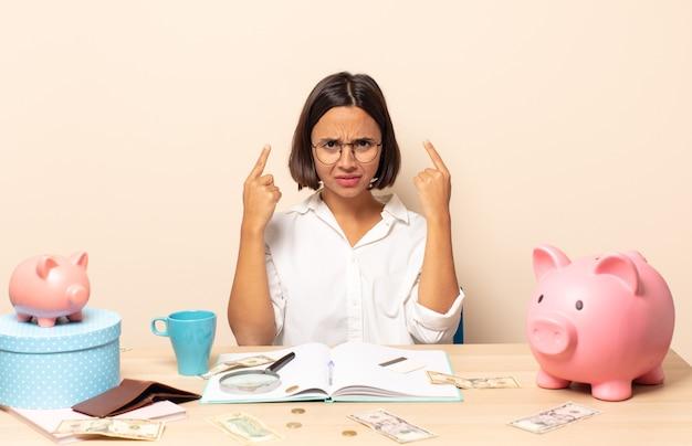 真面目で集中力のある若いラテン系女性。財務コンセプト