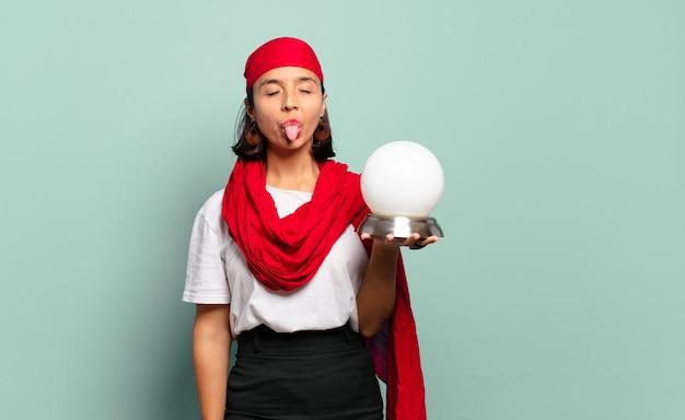 쾌활하고 평온하고 반항적 인 태도, 농담 및 혀를 내밀고, 재미를 가진 젊은 라틴 여자