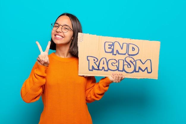 최종 인종 차별 보드와 함께 젊은 라틴 여자