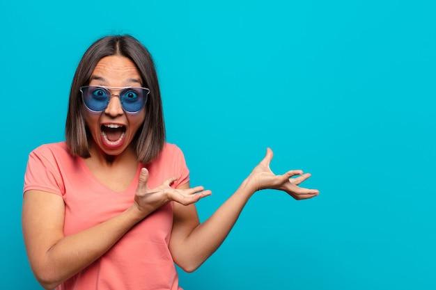 Молодая латинская женщина с солнцезащитными очками и копией пространства