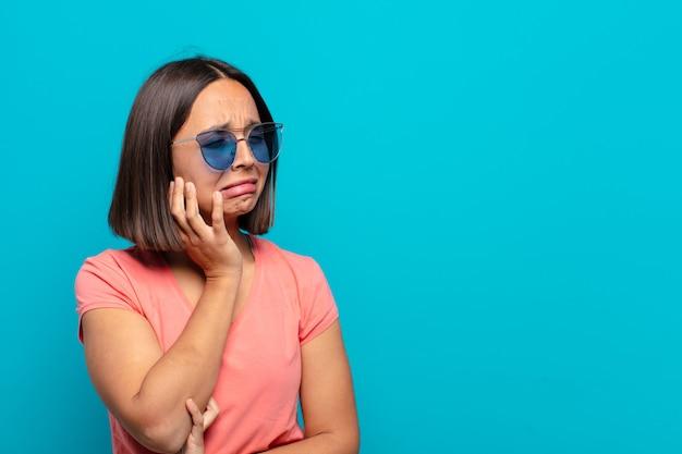 태양 안경 및 복사 공간 젊은 라틴 여자