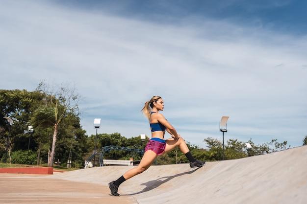 야외에서 운동하는 젊은 라티나 운동가.