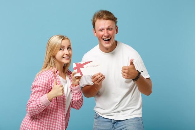 Giovane coppia di risate due amici ragazzo e donna in posa di magliette vuote rosa bianche