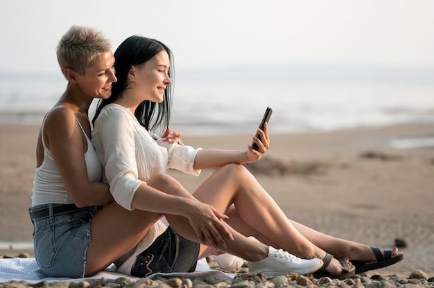 海の側で若いレズビアンのカップル