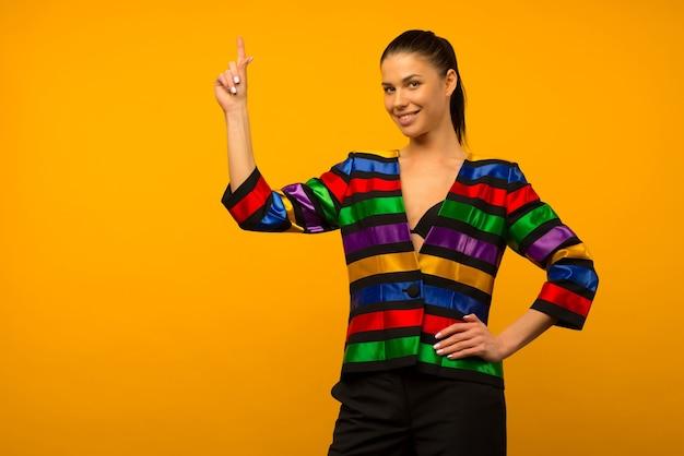 젊은 레즈비언 소녀와 플래그 채색 재킷 lgbtq에서 포즈를 취하는 lgbt 커뮤니티 대표