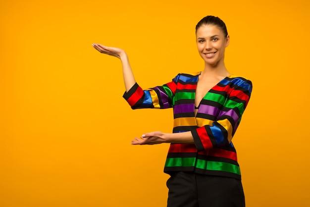 젊은 레즈비언 소녀와 깃발 색칠 재킷을 입은 lgbt 커뮤니티 대표가 무언가를 보여줍니다.