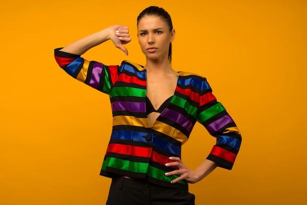 젊은 레즈비언 소녀와 플래그 색칠 재킷 lgbtq에서 포즈를 취하는 lgbt 커뮤니티 대표가 엄지 손가락을 보여줍니다