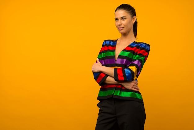 젊은 레즈비언 소녀와 플래그 색칠 재킷 lgbtq 포즈를 취하는 lgbt 커뮤니티 대표
