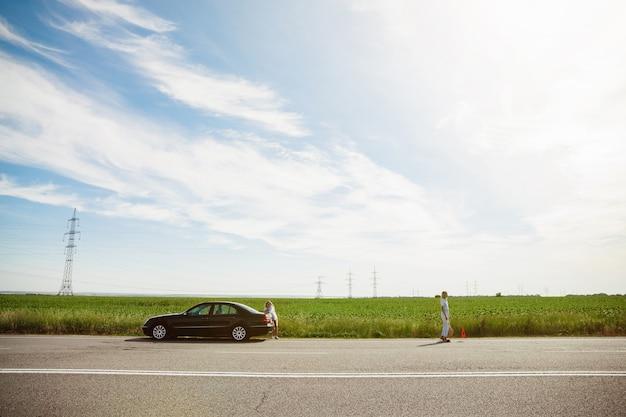 화창한 날에 차에서 휴가 여행을가는 젊은 레즈비언의 커플