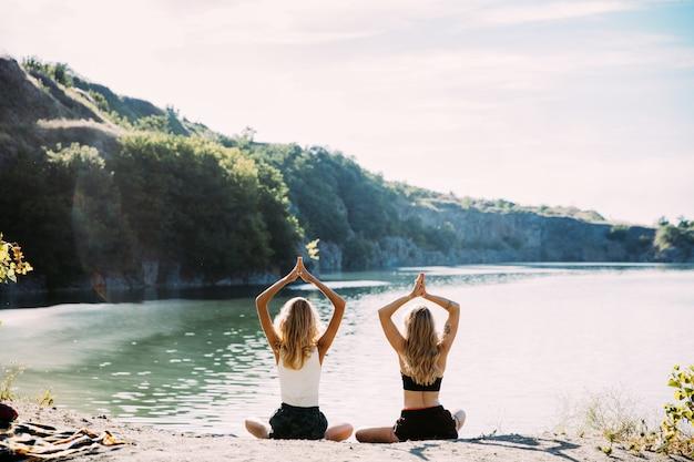 晴れた日に川沿いで楽しんでいる若いレズビアンのカップル