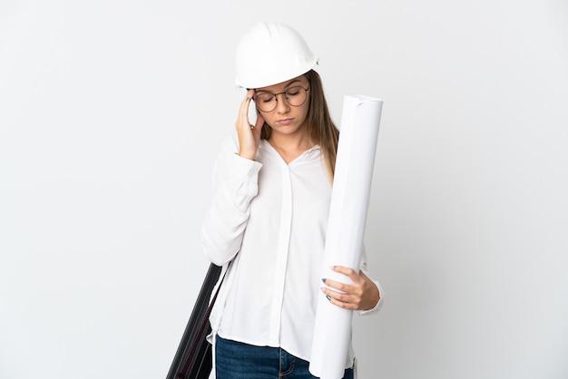 헬멧과 격리 된 청사진을 들고 젊은 리투아니아 건축가 여자