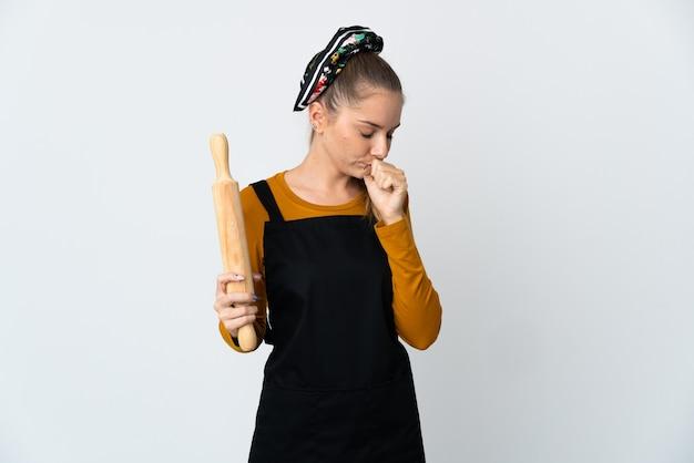 たくさん咳をする白い背景に分離された麺棒を保持している若いリトアニアの女性
