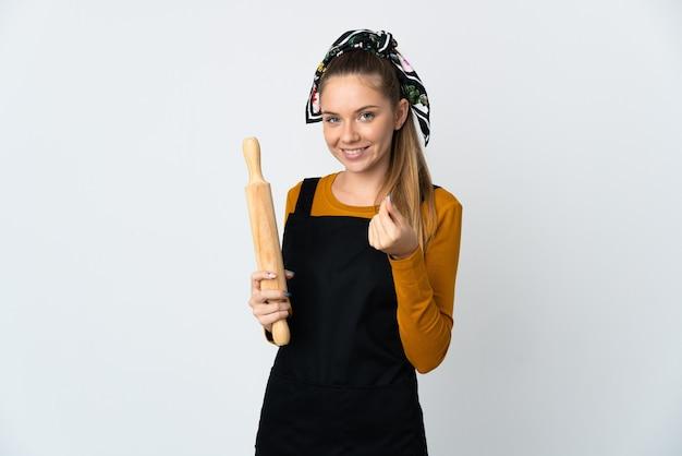돈 제스처를 만드는 흰색 배경에 고립 된 롤링 핀을 들고 젊은 리투아니아 여자