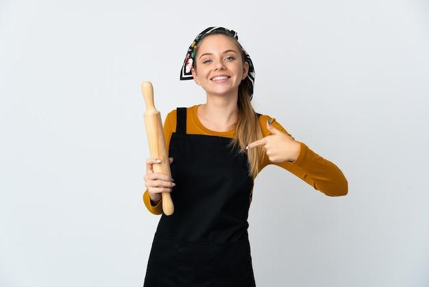 자랑스럽고 자기 만족 흰 벽에 고립 된 롤링 핀을 들고 젊은 리투아니아 여자