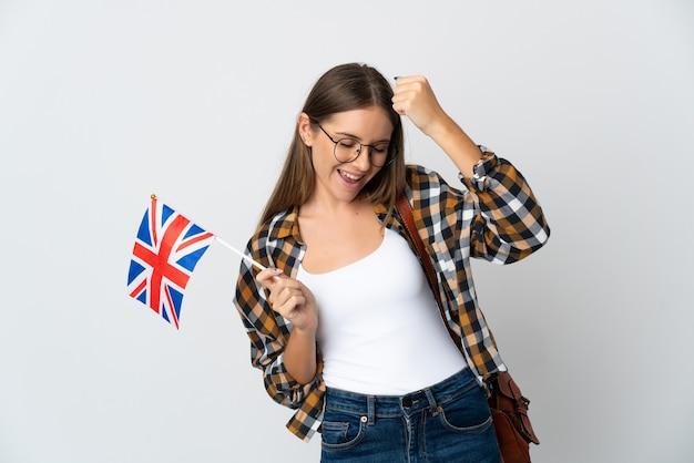 勝利を祝う白い背景で隔離のイギリスの旗を保持している若いリトアニアの女性