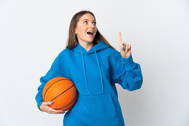 농구를하고 아이디어를 갖는 흰색 배경에 고립 된 젊은 리투아니아 여자
