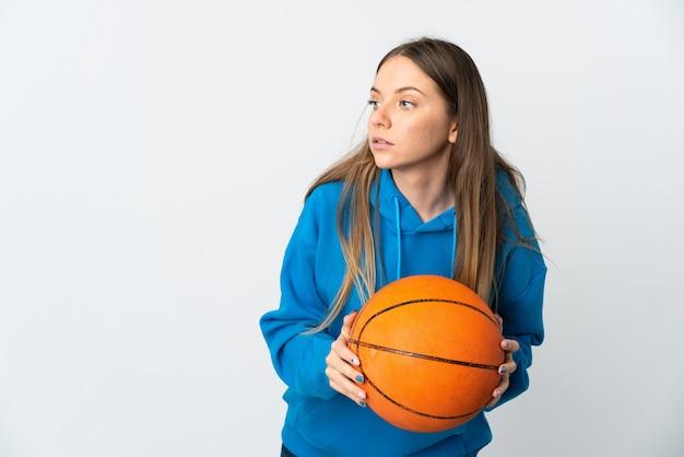 농구하는 흰색 배경에 고립 된 젊은 리투아니아 여자