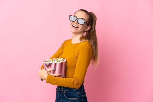 3d 안경으로 격리하고 팝콘의 큰 양동이를 들고 젊은 리투아니아 여자