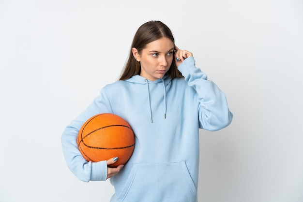 젊은 리투아니아 여자 농구는 의심을 가지고 생각하는 흰색 배경에 고립