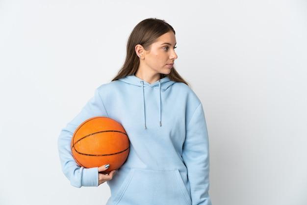 젊은 리투아니아 여자 농구 측면을 찾고 흰색 배경에 고립