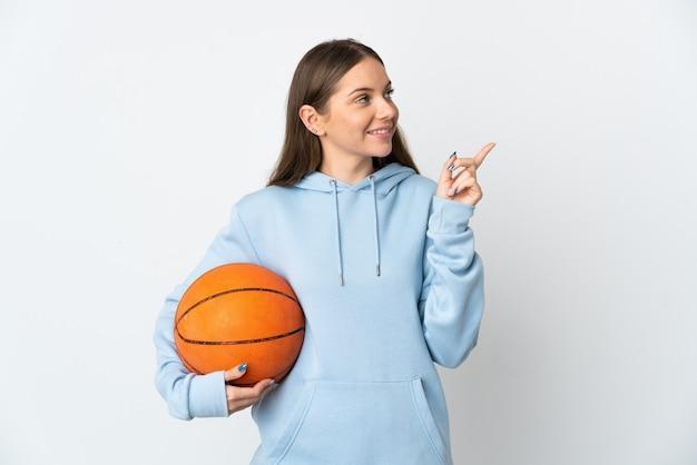 좋은 아이디어를 가리키는 흰색 배경에 고립 농구 젊은 리투아니아 여자