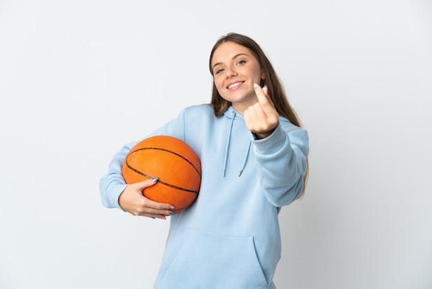 お金のジェスチャーを作る白い壁に分離されたバスケットボールをしている若いリトアニアの女性