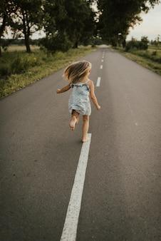 青いドレスを着た少女が逃げる