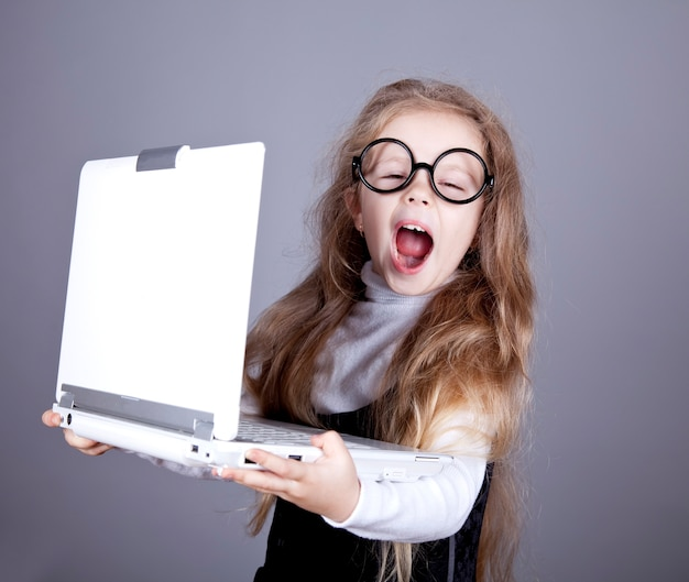 Маленькая девочка в очках с тетрадью.