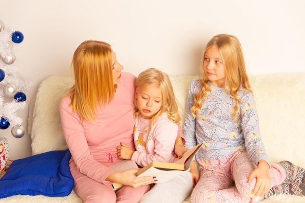어머니, 가족 협력, 부모와 함께 숙제를 하 고 젊은 작은 남학생.