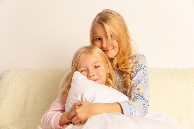 母親と宿題をしている若い小さな男子生徒、家族の協力、親子関係。