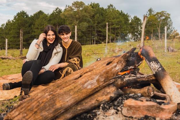 Молодая пара влюбленных туристов на свидание в лесу