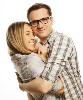 スタジオでポーズをとる若い素敵なカップル、クローズアップ、幸せな男と幸せな女性、