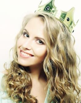 Молодая прекрасная женщина в короне